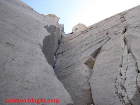 دیواره علم کوه در رخ شمالی دومین قله مرتفع ایران قرار گرفته است. قله علم کوه با 4850 متر دومین قله مرتفع ایران می باشد. این کوه در منطقه تخت سلیمان در میان ده ها قله بالای چهار هزار متری ایران قرار دارد. در بین کوهنوردان این منطقه با عنوان هیمالیای ایران مشهور است.برخی از مشهورترین مسیرهای دیواره علم کوه به شرح زیر می باشد: