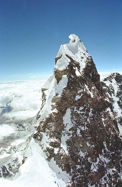 لوتسه با ارتفاع 8516 متر در رتبه چهارم قلل کره زمین از نظر ارتفاع قرار دارد. لوتسه در زبان تبتی به معنای قله جنوبی می باشد. به علاوه قله اصلی این کوه دارای چند قله کوچک تر نیز می باشد. لوتسه میانی 8414 متر، لوتسه شار 8383 متر، سایر قلل این کوه می باشند. این کوه در مرز تبت و نپال و در همسایگی اورست قرار گرفته است.