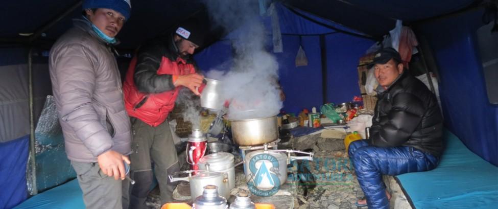 پخت و پز در بیس کمپ اورست
