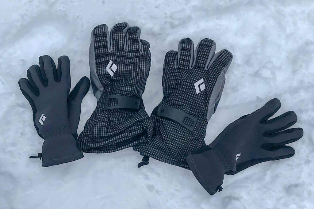 دستکش کوهنوردی ، یکی از مهمترین قسمت های پوشاک در این ورزش می باشد. دستها وسیله کار هستند. و سرما باعث می شود دستتان از کار بیافتد. از طرف دیگر دستها مانند بقیه بدن نیستند. در صورتی که کاملا پوشانده شوند کارآیی خود را از دست خواهند داد. پس انتخاب دست کش و مدیریت آن به خصوص در هوای بسیار سرد ارتفاعات بالا و در صعودهای فنی نیاز به هنر و تجربه دارد. سیستم دستکش و تنظیم آن را باید پیچیده ترین قسمت در پوشاک کوهستان دانست. در این مقاله به انواع دستکش و نکاتی که در زمان انتخاب و خرید دستکش کوهنوردی باید بدانید اشاره خواهیم کرد. با موج کوه همراه باشید.