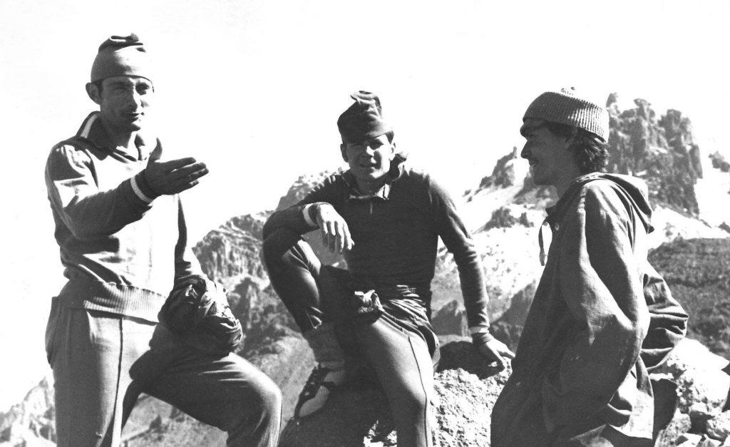 والری نیکولایویچ خریچچاتی ، کوهنورد روس. متولد 1951- وفات 1993 ، در خانتنگری. او بیش از چهل صعود در قلل بالای انجام داد که شامل یک رشته از اولین صعودها در پامیر و تیان شان بودند. والری همچنین اورست را از مسیری جدید در ستون جنوبی ، کانگچنجونگا بدون اکسیژن کمکی و تنها با یک شب مانی و نیز مسیری جدید را هم در رخ غربی دائولاگیری صعود کرد. بر اساس آمار فدراسیون کوهنوردی روسیه و قزاقستان وی 4دورنائل به صعود قلل پلنگ برفی گردیده است. تحصیلات وی در رشته خاکشناسی بود. وی را باید یکی از آماده ترین کوهنوردان شوروی سابق و شاید جهان دانست.