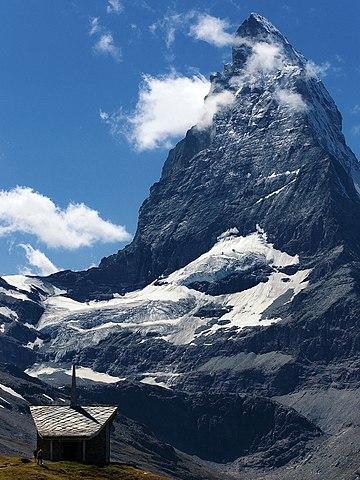نام ماترهورن در آلمانی از دو جزء Matte به معنی چمنزار و Horn به معنی قله ساخته شده است. نامهای ایتالیایی و فرانسوی آن از نام لاتین آن یعنی Mons Silvinus گرفته شدهاست. واژهٔ silva در لاتین به معنای جنگل است.،به آلمانیMatterhorn، ایتالیایی Cervi، فرانسویCervi یکی از کوههای شناخته شده (14472 فوت) (4،478 متر) در رشته کوه های آلپ ، در مرز بین سوئیس و ایتالیا ، در فاصله 6 مایل (10 کیلومتری) جنوب غربی روستای زرمات سوییس ، واقع شده است. زمین شناسان معتقدند که سنگ صخره سخت گنیس در بالای کوه از صفحه قاره آفریقا در حین برخورد به صفحه لوریا یا اروپایی آمده است. از این رو ، این کوه را از نظر فنی می توان آفریقایی دانست.
