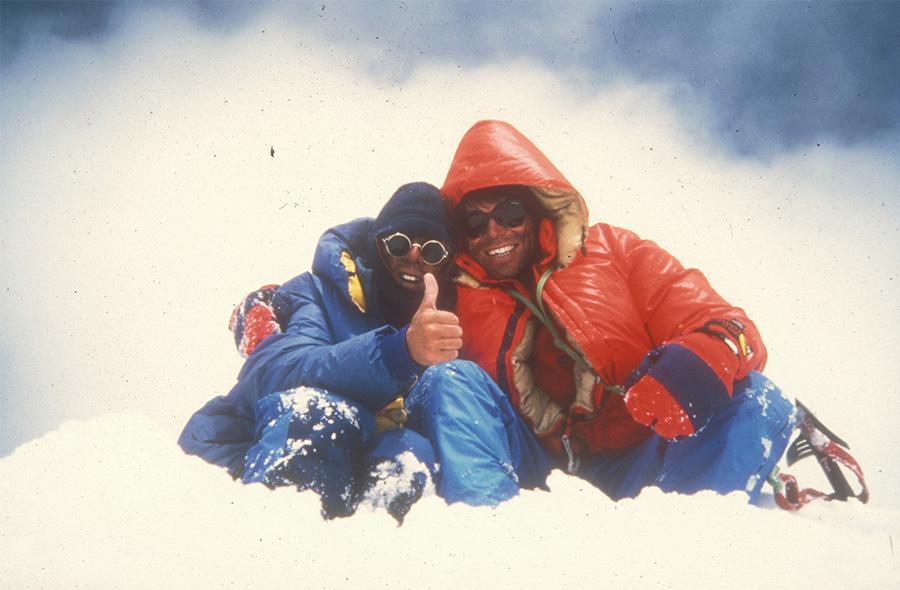 میک فاولر یا مایکل فاولر - متولد 1956- Mick Fowler کوهنورد برجسته و نویسنده بریتانیایی. وی در نظرسنجی توسط ابزرور به عنوان کوهنورد کوهنوردان برگزیده شد. در سال 2002 به خاطر صعود کوه سیگونیانگ -6250 متر - واقع در سیچوآن چین نایل به دریافت کلنگ طلایی و میخ طلایی گردید. او برای دومین بار در 2013 برای صعود شیوا - 6142 متر - به همره پل رامسدن کلنگ طلایی را از آن خود کرد. سومین کلنگ طلایی را نیز در سن 60 سالگی و در 2016 به خاطر صعود به گیودینگ -6571 متر- به خود اختصاص داد. به وی همچنین لقب بهترین کوهنورد آماتور جهان هم داده شده است. با توجه به گزارش های بررسی شده وی تاکنون فقط با بهره گیری از سبک آلپی صعود کرده است.