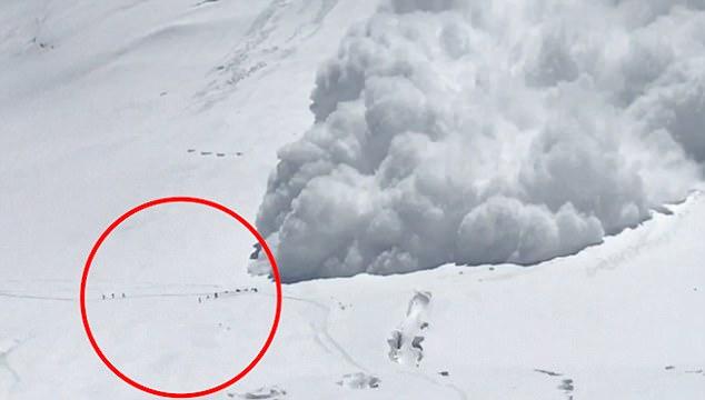 قله لنین یا ابن سینا ، 7134 متر ، واقع شده در مرز قرقیزستان و تاجیکستان. این کوه همواره به عنوان یکی از آسانترین هفت هزار متری ها شناخته شده است. به همین دلیل هر ساله صدها کوهنورد روانه صعود به آن می شوند. این کوه در منطقه پامیر قرار گرفته است. همچنین این قله از مجموعه قلل پلنگ برفی هست. تا سال 1933 اینطور فکر می شد که لنین بلندترین قله پامیر می باشد تا اینکه سامانی صعود شد. دو قله دیگر کنگور -7649 متر- و موستاق آتا -7546 متر-از دیگر قلل مرتفع پامیر هستند.