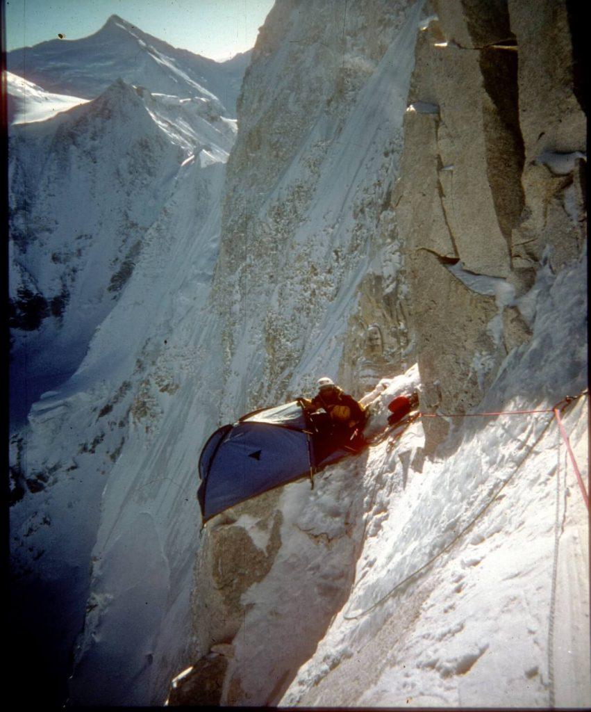 صعود به سبک آلپی پیرامون صعود کوهنوردی بر اساس خوداتکایی می باشد. حمل همه تجهیزات ، غذا ، ادوات شبمانی و برجای نگذاشتن اثری در مسیر از ابتدایی ترین نکات مورد توجه در این اسلوب می باشند. این راهی است که بسیاری از کوههای آلپ صعود شده اند که از نام آن هم پیداست.