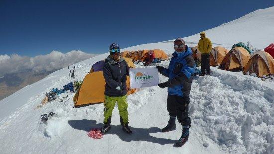 موستاق آتا ، پدر کوه برفی ، یکی از محبوب ترین و البته به طور نسبی آسانترین هفت هزار متری ها. به ارتفاع 7509 متر. احتمالا پس از لنین باید این قله را آسانترین هفت هزار متری ها دانست.