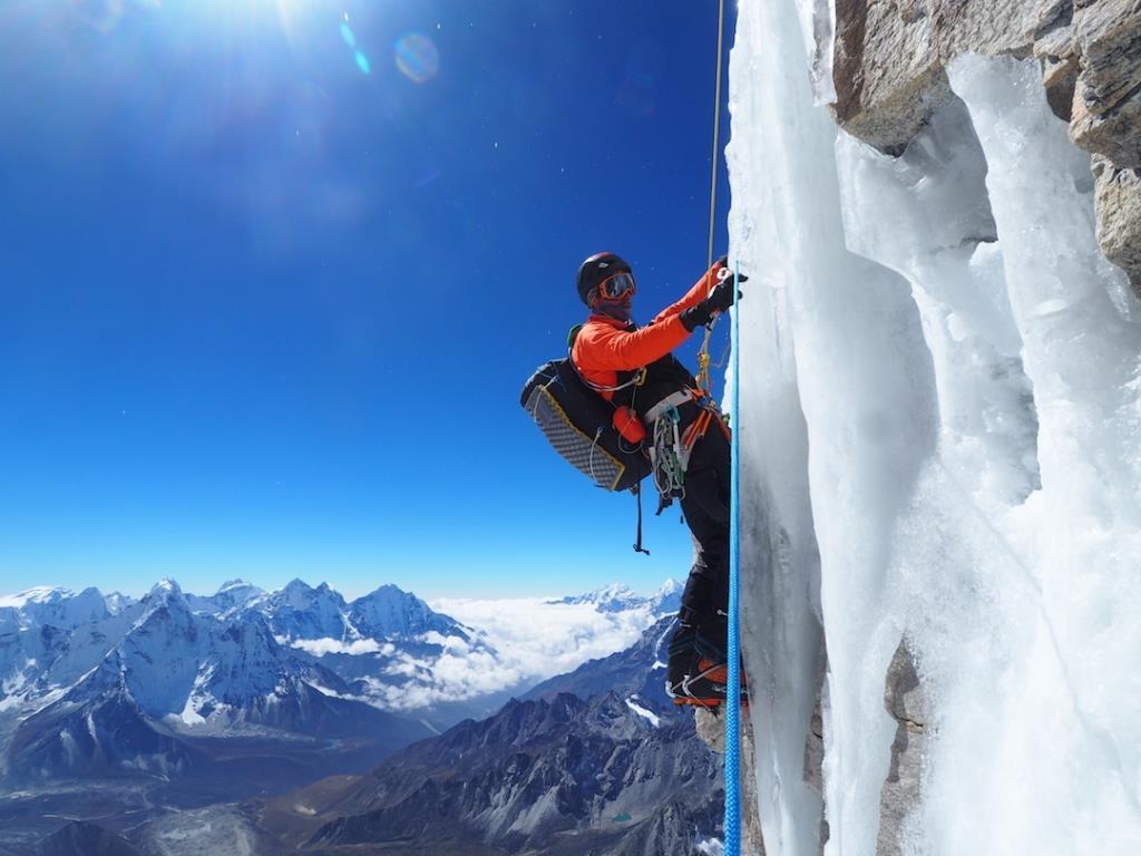 نوپتسه یک چالش زیبا بود. یک صعود به شدت سخت در هر مسیری که قابل تصور باشد. سطح فنی جبهه جنوبی نوپتسه با خطوط کم و تعدادی تلاشهای شکست خورده، و مسیری که ما روی آن کار کردیم حتی پرشیب تر هم بود. به سختی مسیر می بایست طول آنرا هم اضافه کرد. 2200 متر عمودی در یک خط تلاش نشده در این ارتفاع. نقطه نهایی مسیر در بالای 7700 متری. و بنابراین ما با چالشی بزرگ مواجه بودیم. بعضی شاید بگویند چالشی برای تمام عمر.