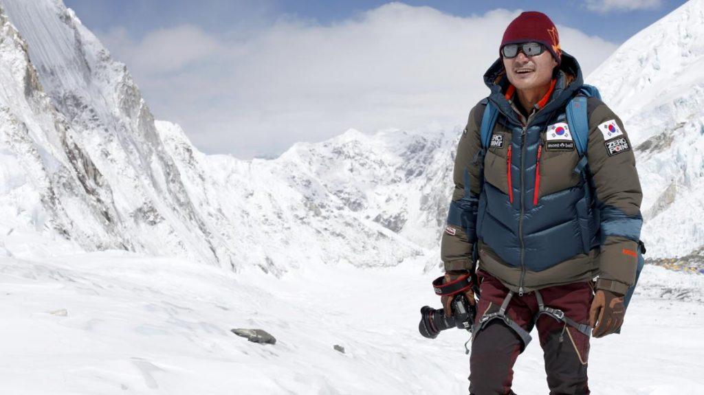 کیم چانگ-هو ، کوهنورد اهل کره جنوبی(1969-2018) وی در سال 2012 به دلیل اولین صعود هیم جونگ(7092 متر) به همراه چی یانگ برنده کلنگ طلایی آسیا شد. وی همچنین توانست باتورا 2 (7762 متر) را برای اولین بار صعود کند.