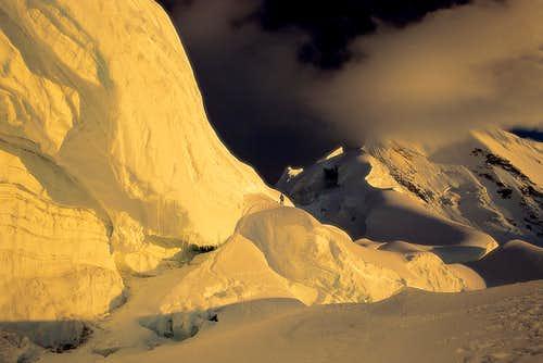آلپامایو یکی از زیباترین رخ های یخی رشته کوه آند می باشد. کوهی به ارتفاع 5947 متر، در محلی دور افتاده که 2-3 روز پیاده روی تا بیس کمپ آن لازم است. در اولین نقشه منطقه کوردیلا بلانکا از 1932 اصلا آلپامایو مشخص نشده بود. این کوه برای اولین بار در سال 1957 توسط یک تیم آلمانی صعود شد.