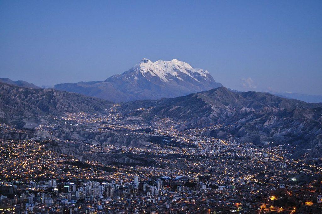 رشته کوه آند ، طولانی ترین رشته کوه جهان که در لبه غربی امریکای جنوبی واقع شده است. این رشته کوه 7000 کیلومتر طول و بین 200 تا 700 کیلومتر عرض دارد. ارتفاع متوسط این رشته کوه حدود 4000 متر می باشد. رشته کوه آند از شمال تا جنوب در هفت کشور ونزوئلا ، کلمبیا ، اکوادور ، پرو ، بولیوی ، شیلی و آرژانتین امتداد دارد.