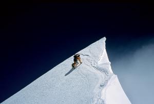 اد ویسترز Edmund Viesturs ، متولد 1959، کوهنورد ارتفاعات بالا و سخنران حوزه کسب و کار. وی تنها امریکایی است که توانسته 14 قله بالای هشت هزار متری جهان را صعود کند. همچنین پنجمین فرد در جهان است که این کار را بدون اکسیژن کمکی به انجام رسانید. وی 21 بار بر بالای قلل هشت هزار متری ایستاده است.