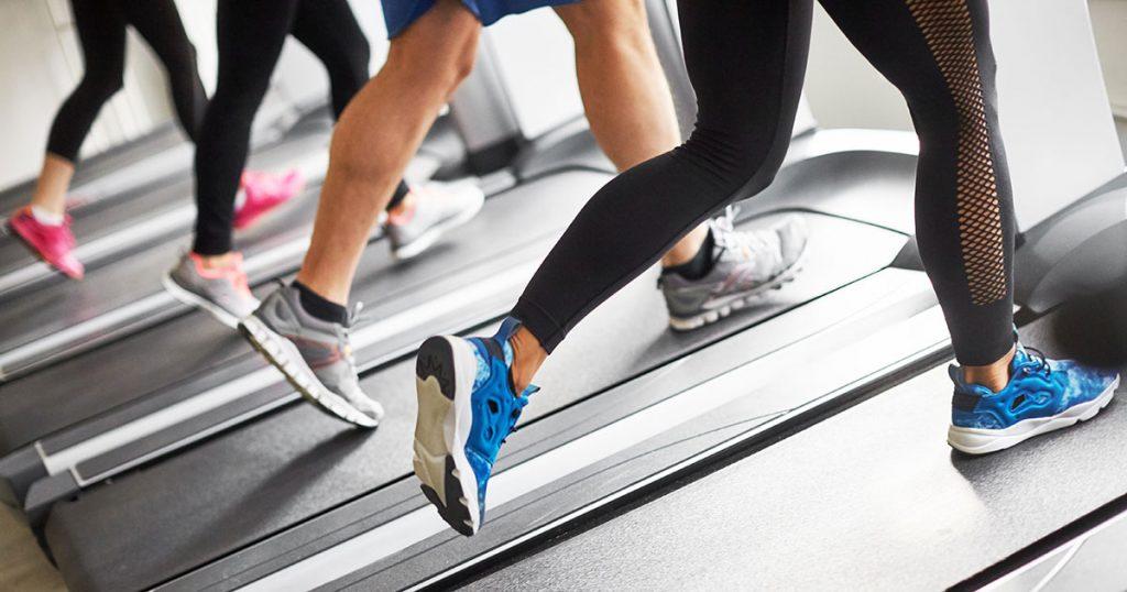 اگر شما تصمیم به لاغر شدن گرفته باشید، شاید دویدن نیز لحظه ای به ذهن شما خطور کرده باشد. بعضی افراد برای کاهش سایز در قسمت پایین تنه، دویدن را انتخاب می کنند. با یک برنامه ریزی هوشمندانه و هدفمند می توانید با دویدن به راحتی چربی بسوزانید ولاغر شوید. اما فاکتور های دیگری نیز هستند که شما با رعایت کردن آنها سریعتر می توانید به هدف خود برسید. برای کاهش وزن، باید مقدار قابل توجهی کالری بسوزانید. متخصصان توصیه می کنند برای کاهش یک پوند وزن در هفته، باید به میزان ۹۰۰۰ کالری از دست بدهید. این میزان را می توان با فعالیت های بدنی یا خوردن کالری کمتر یا ترکیب این دو روش ایجاد کرد. در اینجا نکاتی را درباره دویدن و لاغری به شما ارایه خواهیم کرد.
