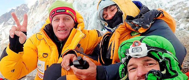 الیزابت رول Élisabeth Revol کوهنورد فرانسوی زن و هیمالیانورد. وی را احتمالا با ماجرای امداد زمستانی در نانگاپاربات به خاطر دارید. وی در ژانویه 2018 تبدیل به اولین زنی شد که توانست نانگاپاربات را در زمستان صعود کند. در زمان فرود ، هم تیمی وی تومک مک کویچ جان خود را از دست داد و الیزابت با یک عملیات امداد قهرمانانه توسط دنیس اوربکو و آدام بیلکی نجات پیدا کرد. او به سختی توانست از قطع شدن دست چپ خود اجتناب کند. در می 2019 توانست دو قله اورست و لوتسه را به طور متوالی صعود نماید.