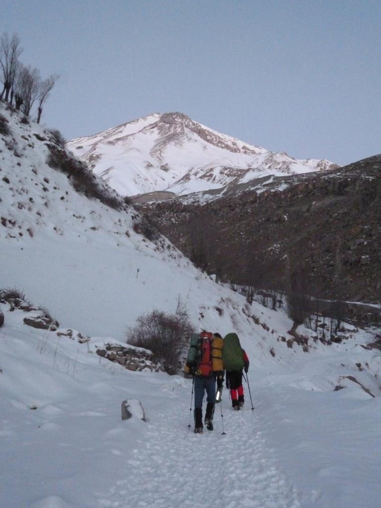 پس از نه مرتبه صعود زمستانی به قله دماوند از مسیرهای گرده شرقی ، شمالی ، جنوبی و جنوبی به صورت یک روزه بر آن شدم تا این مطلب را به عنوان راهنمایی جهت آشنایی با نکات صعود زمستانی دماوند به رشته تحریر درآورم. در نظر گرفتن این نکات به شما کمک خواهد کرد تا تسلط کافی برای نیل به این مقصود آنهم به کیفیت مناسب به دست آورید.