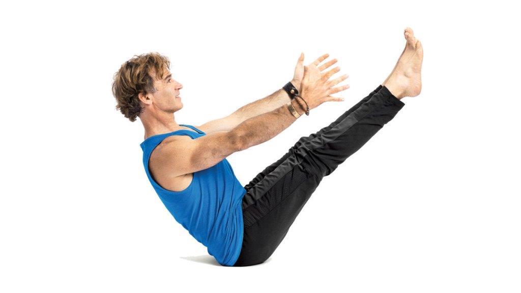 چگونه انجام دهیم؟: هنگامی که دستانتان به نزدیکی پاهایتان رسید، دستانتان را رها کنید و آرنج دست های مخالف را بگیرید، پاشنه ی پا را به زمین فشار دهید و استخوان دنبالچه را به سمت آسمان بلند کنید. حالا ستون فقرات را از کشش رها کنید و اجازه دهید سر آویزان شود. زانو های خود را تا جایی که راحت هستید خم کنید، سه نفس آرام و عمیق بکشید و شروع به ایجاد کشش کنید. با آخرین دم بازوهایتان را به سمت بالای سرتان بکشید، کف دستانتان را به سمت آسمان بگیرید، سپس نفس را بیرون دهید و دستانتان را پایین بیاورید. انجام تمرینات یوگا برای سنگنوردی باعث افزایش انعطاف پذیری و تعادل خواهد شد.