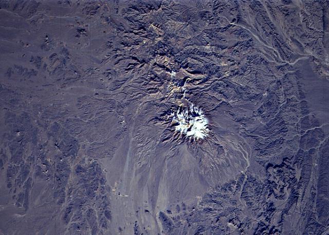 قله تفتان با ارتفاعی در حدود 3941 متر جزء کوه های آتشفشانی است که در این مقاله سیر تا پیاز کوه تفتان از مسیر های صعود به این قله پرخروش تا نکات مهم و سوالات متداولی که درباره این کوه است را خواهید خواند با موج کوه همراه باشید.