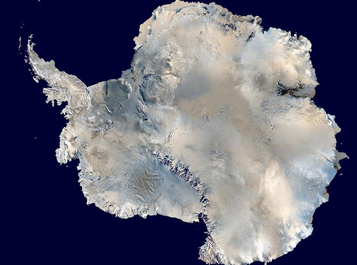 واقعیتهای جالی درباره سیاره زمین وجود دارند. این موضوع به خصوص درباره نقاط دور افتاده و غیرقابل دسترس بیشتر صدق میکند. همین باعث میشود که قاره قطب جنوب تبدیل به یکی از رازآلودترین مناطق سیاره ما شود. این قاره یک منطقه یخ زده و دورافتاده است که رازهای سربه مهر زیادی درباره آن وجود دارد. گستردگی این منطقه به حدیست که کشف آن هنوز هم در مراحل ابتدایی قرار دارد.