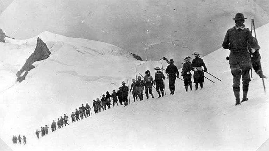 لباس کوهنوردی معمولی در عصرطلایی شامل لایه های پشمی و پارچه ای بود که باید به آن کلاه حصیری، یک عینک و یک عنصر شبیه به پانسمان را افزود. در زمان صعود دنالی یکی از کوهنوردان یک پتو نیز به دور خود اضافه کرده بود!