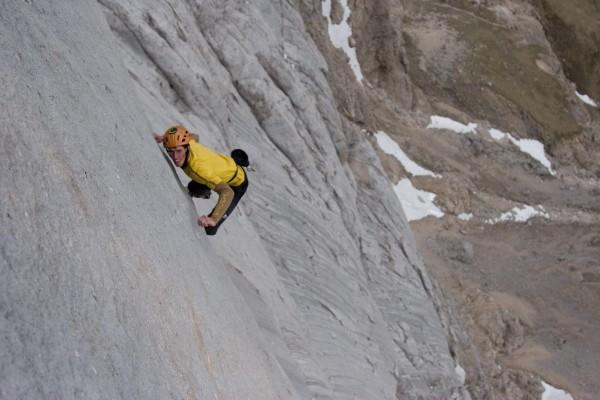 کمتر فعالیتی در دنیا به خطرناکی صعود فری سولو است. صعود از سنگها و دیواره های بلند بدون هیچ ابزار حمایتی بازی مرگ و زندگیست. در این مقاله به معرفی بعضی از رعب آورترین صعودهای فری سولو پرداخته میشود.