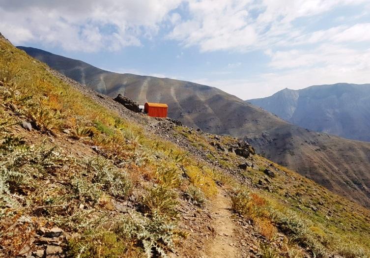 قله کهار به ارتفاع 4050 متر از زیباترین قلل البرز است که بادهای آن در بین کوهنوردان معروف می باشد. زیبایی خاص منطقه کهار به خصوص در فصل پاییز هر علاقمند به طبیعت را مجذوب خود خواهد کرد. در این نوشته ابتدا به بیان منطقه قرارگیری کهار می پردازیم. پس از آن توضیحاتی پیرامون مسیر صعود کهار و قله ناز و کهار ارایه خواهد شد. با موج کوه همراه باشید.