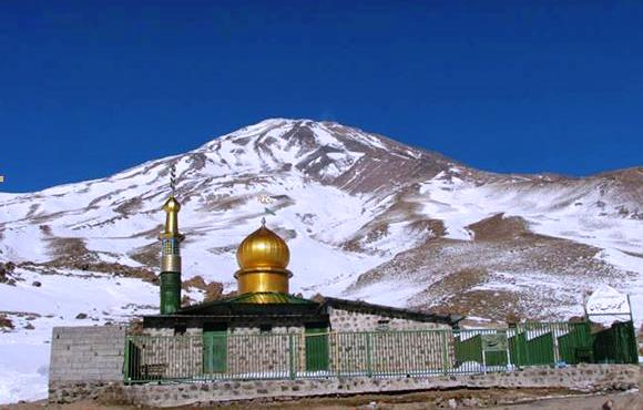 به جرات می توان گفت که هیچ نمادی در ایران زیباتر از قله دماوند نیست. دماوند با ۵۶۰۹ متر ارتفاع بلندترین کوه کشور ماست. ارتفاع بالا، قله همیشه یخزده و سایر چالشها در مسیر صعود به این کوه همیشه جذاب بوده اند. موج کوه افتخار دارد که در تور قله دماوند در کنار شما باشد.
