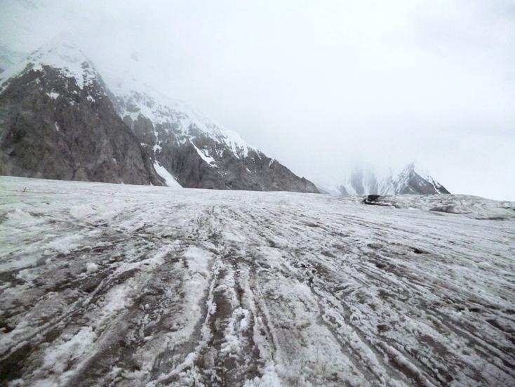 قله خانتنگری به ارتفاع 7010 متر در واقع شمالی ترین کوه هفت هزار متری کره زمین است. این کوه در مرز قرقیزستان، قزاقستان و چنین قرار دارد. قله خانتنگری دارای چندین مسیر است که دو مسیر شمالی و جنوبی کوه، مسیرهای استاندارد به حساب می روند. مسیر شمالی کوه از کشور قزاقستان و مسیر جنوبی کوه از طریق کشور قرقیزستان صعود می گردد. در ادامه مطلب به توضیح مسیر جنوبی صعود خانتنگری به همراه تصاویر خواهیم پرداخت.