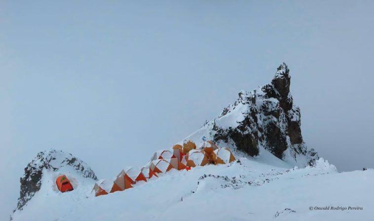 تعداد قابل توجهی از کوهنوردان برای رسیدن به پاکستان بر ترس ناشی از کرونا غلبه کرده اند. در حال حاضر، کی2 دارای سه اعزام تجاری فول سرویس و چند تیم مستقل است. بیشتر آنها حداقل یک کوهنورد پاکستانی را برای کمک به صعود به خدمت گرفته اند.