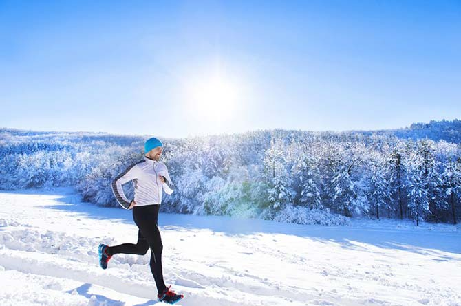 اصول دویدن خیلی پیچیده نیست. اما رعایت درست آنها فواید دویدن بسیار شگفت انگیز است و می تواند صرفه جویی در مصرف انرژی و رسیدن به راندمان بیشتری ایجاد کند. در این مطلب به تکنیک دویدن، دویدن در هوای سرد، دویدن روی تردمیل و همچنین اصول دویدن برای لاغری اشاره خواهیم کرد: